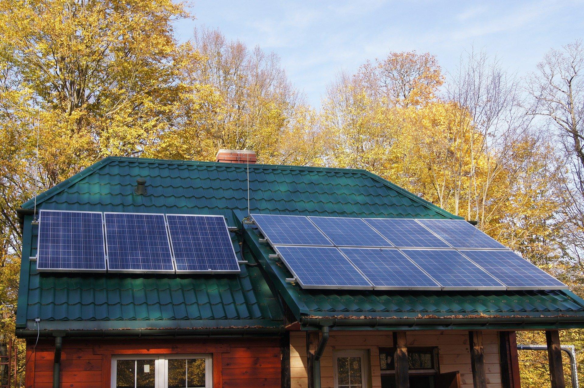 Profesjonalnie zainstalowane panele słoneczne na dachu domu w Krakowie